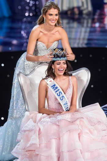 Miss World 2015 Mireia Lalaguna of Spain crowns Miss Puerto Rico Stephanie Del Valle during the Miss World 2016 pageant at the MGM National Harbor December 18, 2016 in Oxon Hill, Maryland. / AFP / ZACH GIBSON (Photo credit should read ZACH GIBSON/AFP/Getty Images)